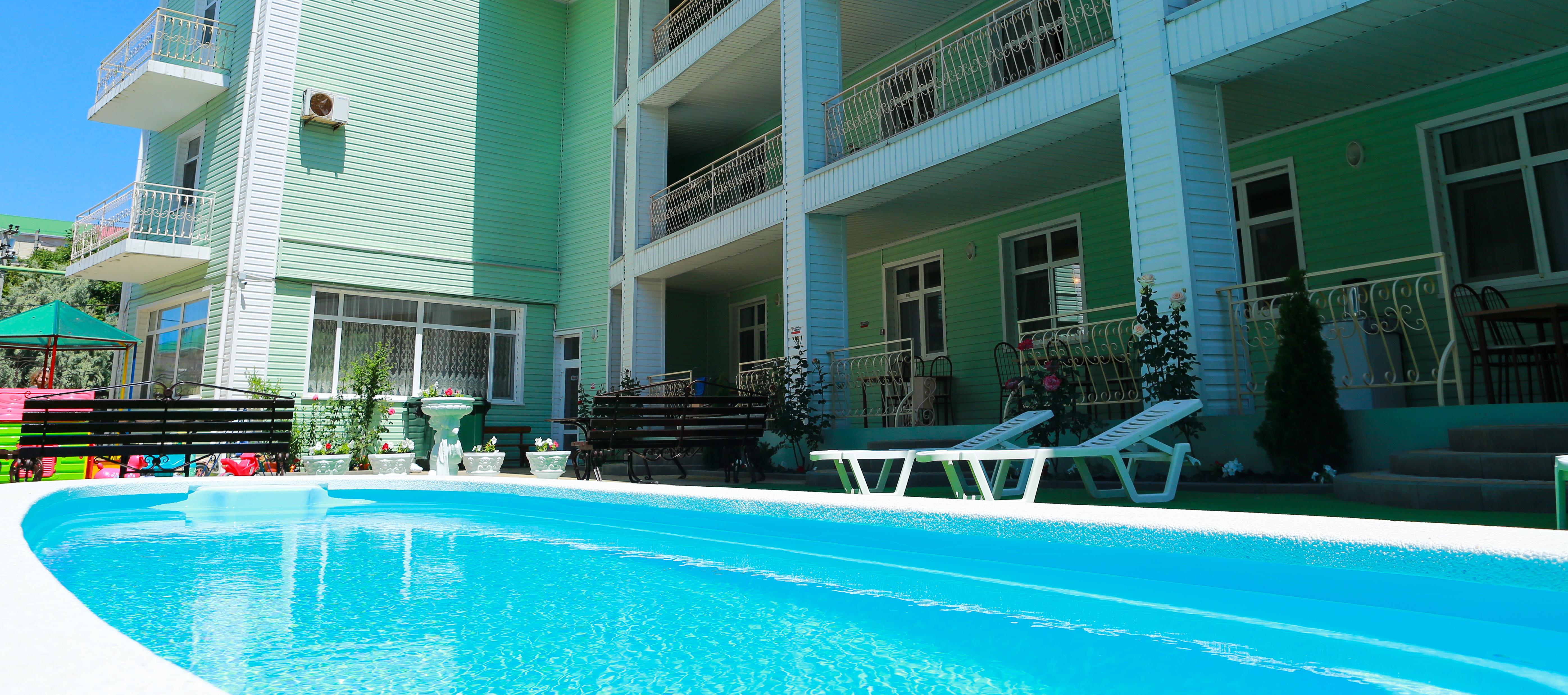 Отель на  берегу моря с бассейном